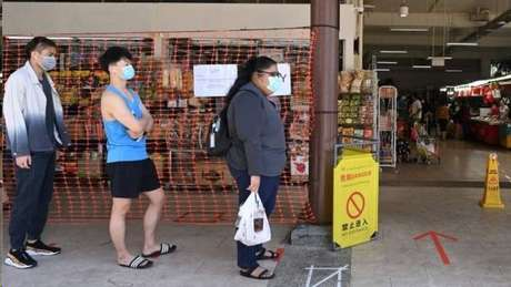 Pessoas que trabalham com vendas, como em supermercados, estavam entre as mais afetadas nos primeiros dias do surto
