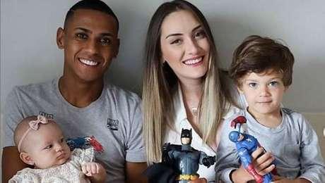 Bruno Alves com a mulher (Daniela) e os filhos (Henry e Helena)