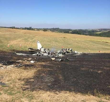 Bimotor tentou pousar em pista do aeroclube, mas bateu no solo e explodiu, em Tietê, interior de São Paulo; piloto e o passageiro morreram.