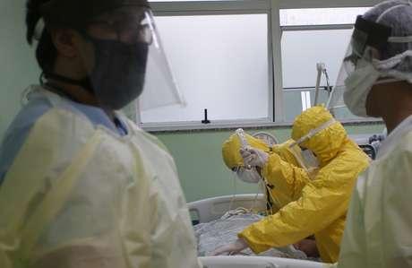 Profissionais de saúde se preparam para transportar paciente com Covid-19 em Santo André 12/05/2020 REUTERS/Rahel Patrasso