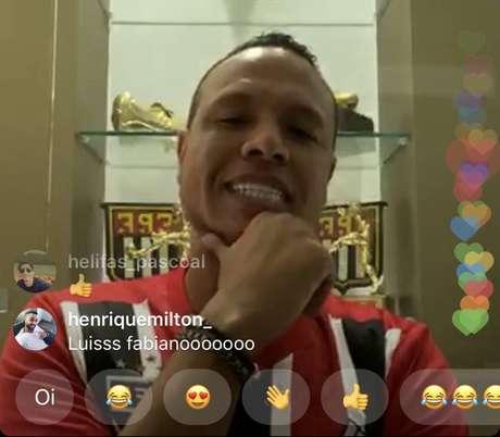 Luis Fabiano vestiu o novo uniforme listrado do São Paulo em live no Instagram (Foto: Reprodução/Instagram)