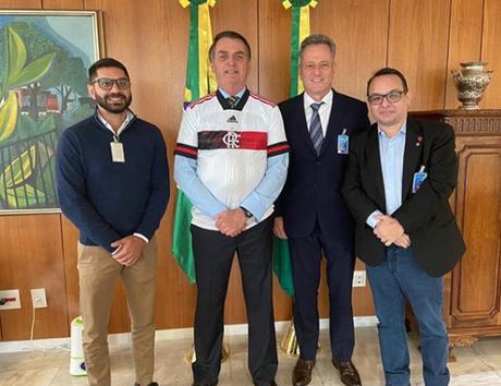 Torcedores criticam encontro entre Landim (segundo da direita para a esquerda) e Bolsonaro (Foto: Reprodução/Instagram)