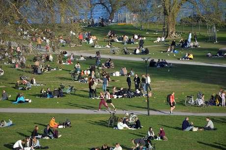 População aproveita a primavera em parque em Stockholm, na Suécia