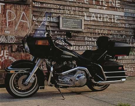 a Tour Glide FLT 1980 introduziu a primeira carenagem da Harley-Davidson montada no quadro.