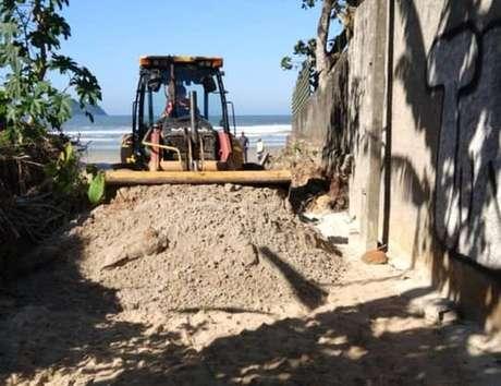 Máquina da prefeitura bloqueia acesso à praia em São Sebastião, litoral norte de São Paulo.