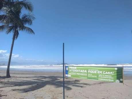Praia interditada com faixa em Bertioga.