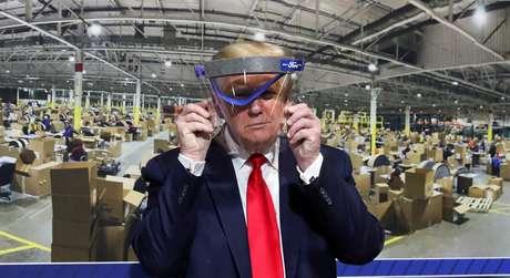 Trump segura escudo de proteção durante visita a fábrica da Ford Rawsonville Components, que fabrica ventiladores, máscaras e outros equipamentos médicos, em Ypsilanti, Michigan 21/5/2020 REUTERS/Leah Millis