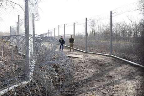 Campo de migrantes de Roszke foi desativado na noite desta quarta-feira (20)