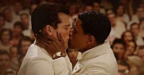 O roteirista Archie (Jeremy Pope) beija em público Rock Hudson (Jake Picking), personagem inspirado no lendário galã homônimo que escondeu a homossexualidade do público até morrer vítima da Aids em 1985