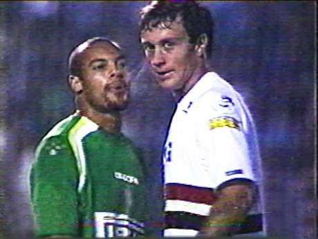 Alceu, do Palmeiras, cospe em Lugano, do São Paulo, em jogo da Libertadores 2005.