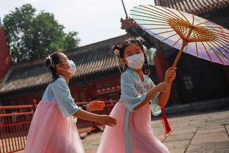Crianças com máscara brincam perto da entrada da Cidade Proibida, em Pequim 22/05/2020 REUTERS/Thomas Peter