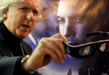 Diretor canadense James Cameron mostra óculos 3D na frente de cartaz de filme Avatar, em Davos  28/1/201.   REUTERS/Christian Hartmann