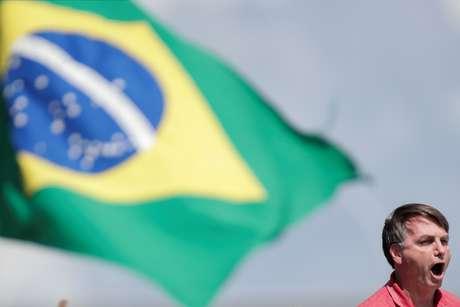 Bolsonaro fala a apoiadores durante manifestação em Brasília  19/4/2020 REUTERS/Ueslei Marcelino