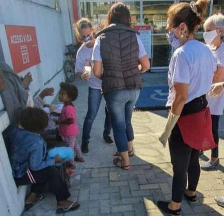 Grupo que começou a se reunir pelo forró passou a dar acolhimento a moradores em situação de rua no Rio