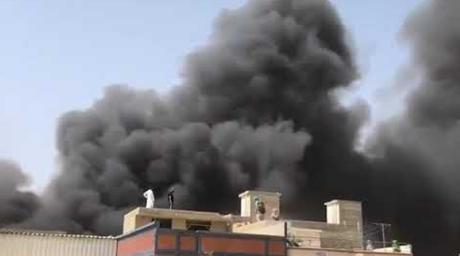 Imagens nas redes sociais mostram muita fumaça após queda de avião em área residencial