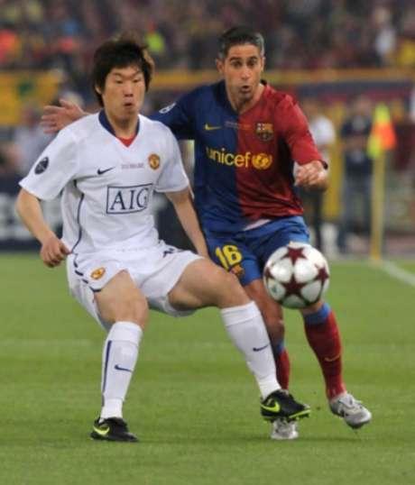 Sylvinho atuou no Barcelona entre 2004 e 2009 (Foto: AFP PHOTO / CARL DE SOUZA)