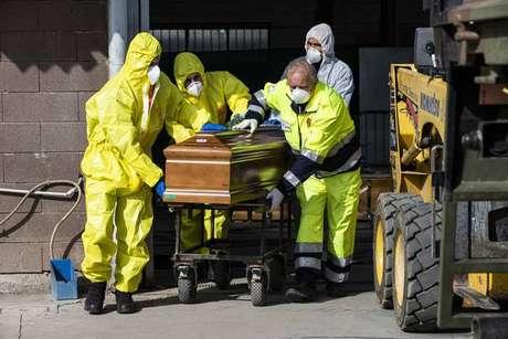 Remoção de corpo de vítima da Covid-19 em Ponte San Pietro, norte da Itália, em 28 de março