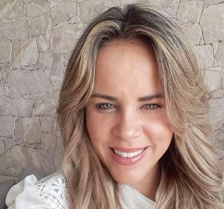 Apresentadora de TV está sem poder deixar a Espanha: saudade dos três filhos no Brasil