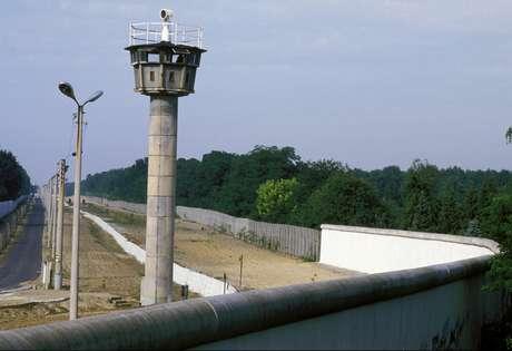 Muro de Berlim em 1986: comunista Alemanha Oriental tratava como criminosos aqueles que tentavam fugir para a capitalista Alemanha Ocidental