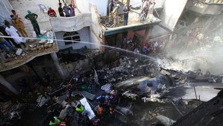 Avião caiu próximo a aeroporto na cidade de Karachi, deixando ao menos 97 mortos