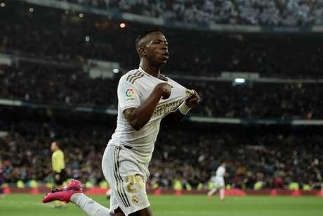 Vinícius Júnior já tem moral no Real Madrid (Foto: OSCAR DEL POZO / AFP)