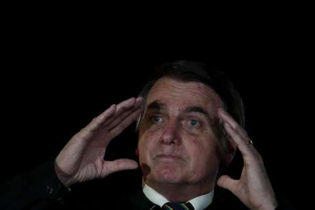 O presidente da República, Jair Bolsonaro, em frente ao Palácio da Alvorada, em Brasília, na sexta-feira (22)