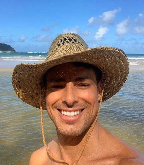 O ator aproveita a praia e o mar em selfie feita antes do distanciamento social que o isolou em sua casa, no Rio