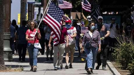 Protesto em Los Angeles contra medidas de quarentena: pesquisa aponta quew 40% dos eleitores republicanos acreditam que o total de vítimas é menor que o divulgado oficialmente