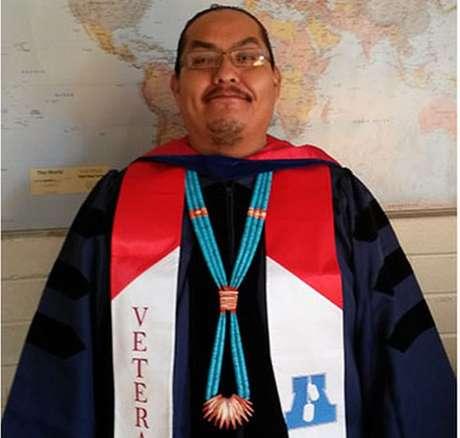Greg Casarroja ensina cultura navajo no Colégio Diné, no Arizona