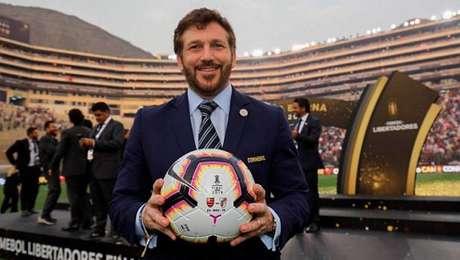 Alejandro Domínguez, presidente da Conmebol, mostra a bola utilizada na final da Libertadores de 2019