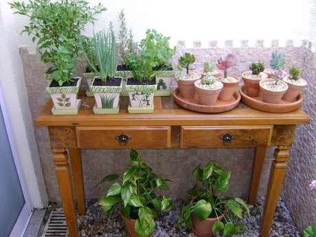 8. Os móveis são boas opções para auxiliar na montagem de um modelo de jardim pequeno.