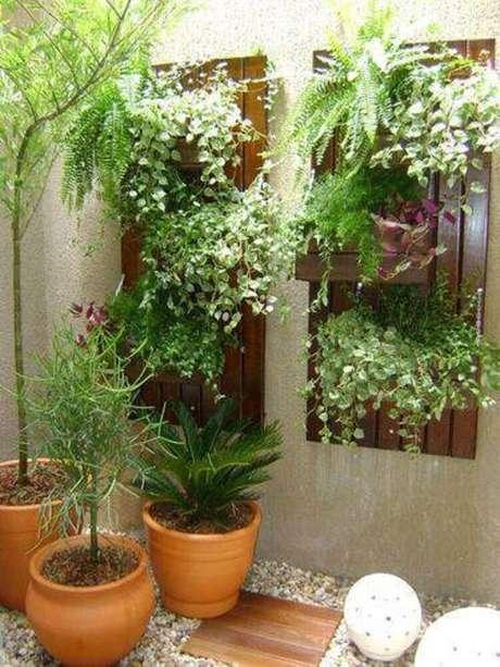 53. É possível montar um modelo de jardim de inverno junto com um jardim vertical. Fonte: Pinterest