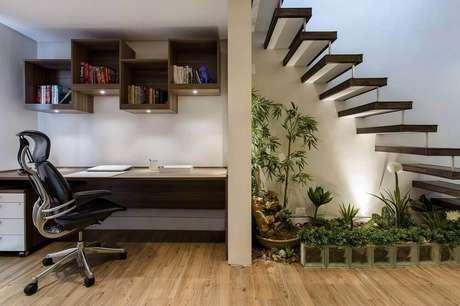 4. Há modelos de jardim de inverno que podem ser instalados no espaço embaixo da escada. Fonte: Revista Viva Decora