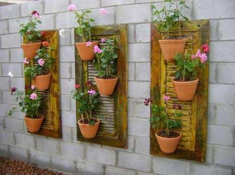 20. Os jardins verticais muitas vezes ganham itens de reciclagem como base.