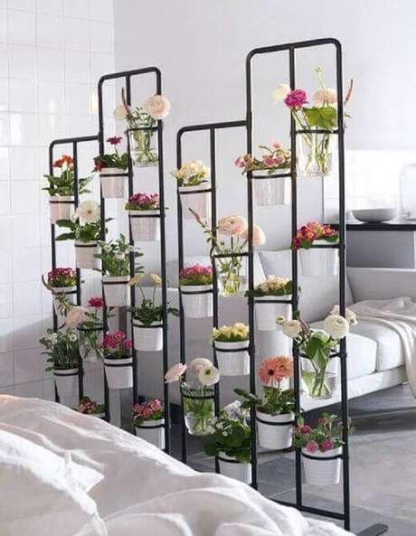 11. O modelo de jardim suspenso também é uma boa opção para dividir os ambientes.