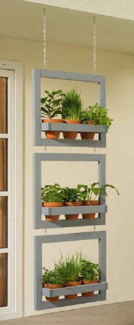 24. Um modelo de jardim suspenso pequeno e bem bonito para a sua varanda.