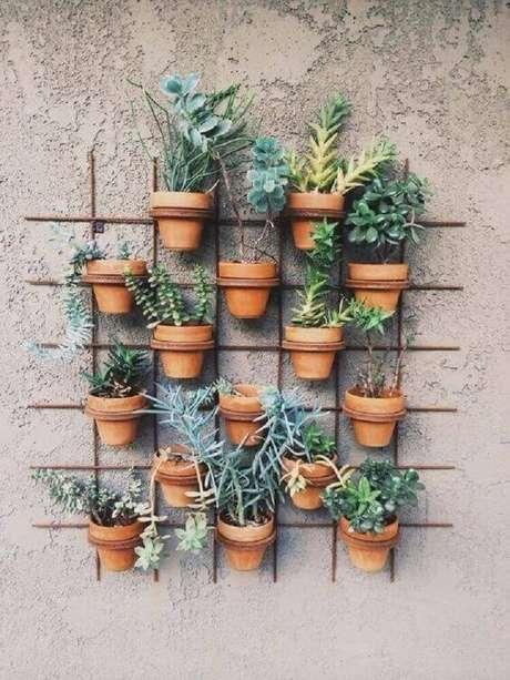 30. Modelo de jardim vertical rústico com base de arame e vasos de barro