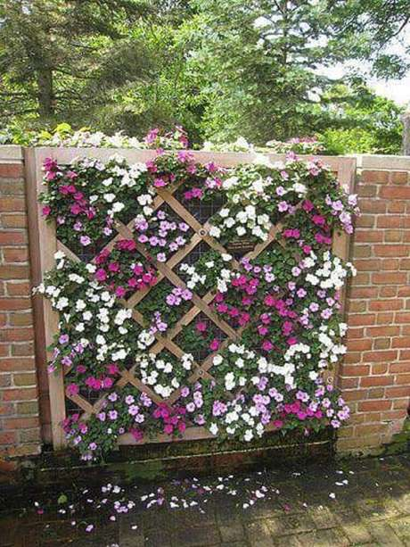 36. Delicado jardim suspenso com muitas flores e base de madeira