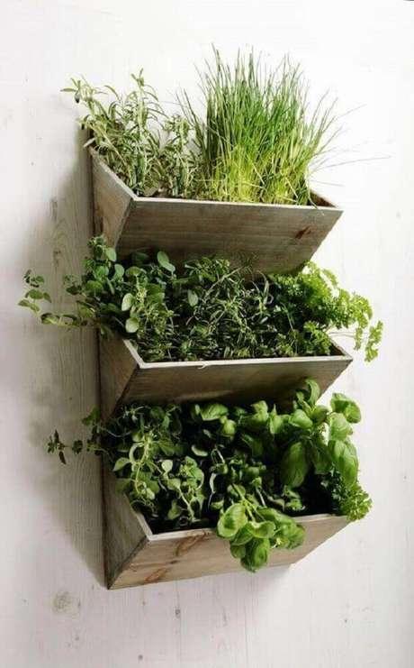 40. Os modelos de jardim suspenso são ótimos para plantar ervas e fazer hortas para a sua cozinha