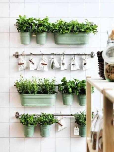 25. Uma boa maneira de usar os jardins suspensos é plantar ervinhas que você poderia usar na sua cozinha