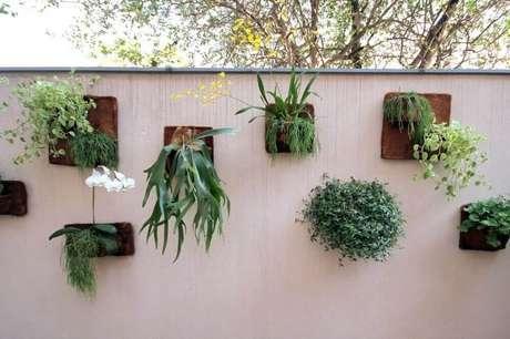 28. Modelo de jardim vertical com flores