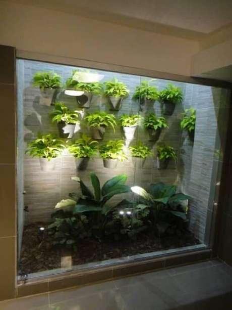 29. Modelo de jardim de inverno com vasos na parede.