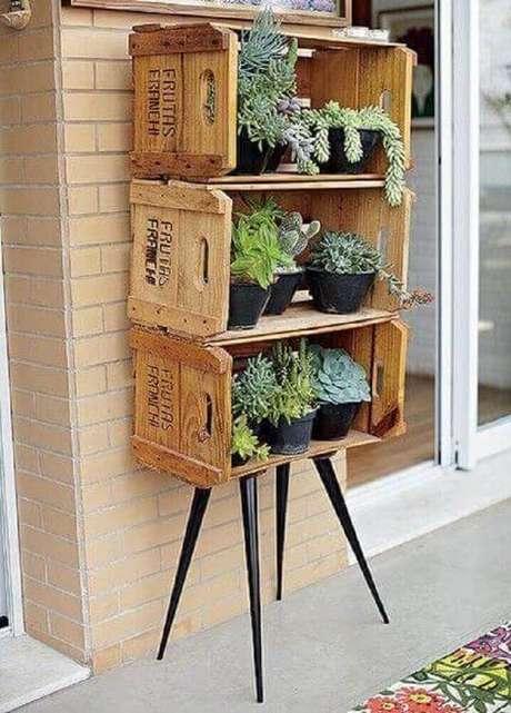 9. Você pode usar caixotes de feira como suporte e montar o seu próprio modelo de jardim pequeno.