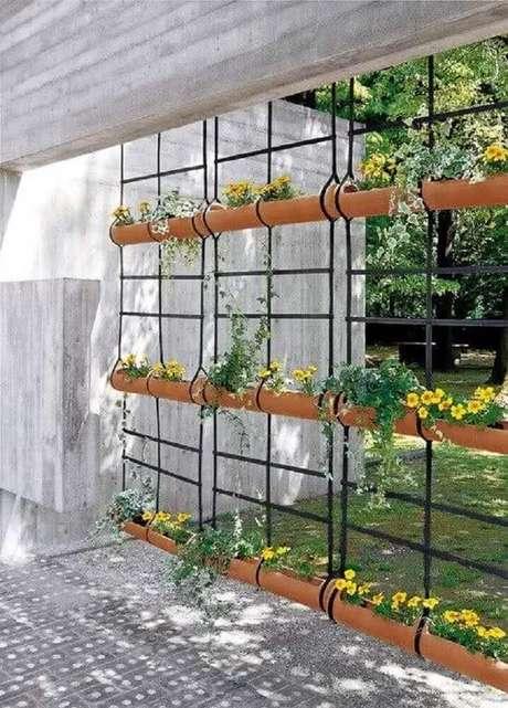 32. Modelo de jardim suspenso com flores e super delicado