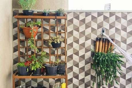 18. Modelo de jardim vertical com base de madeira