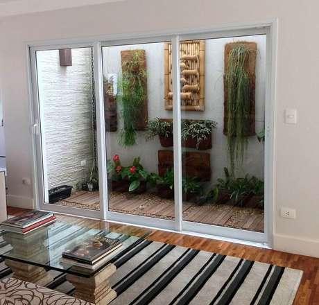 51. Os modelos de jardim de inverno são diversos e geralmente são instalados na sala. Fonte: Revista Viva Decora