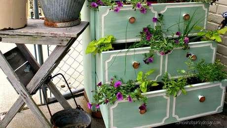 15. Modelo de jardim pequeno super delicado utilizando móvel antigo