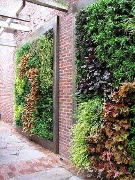 13. Os modelos de jardim vertical que ocupam um grande espaço da parede trazem um efeito muito bonito e sofisticado na decoração.