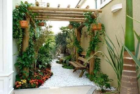 5. Modelos de jardim com pergolado de madeira e flores coloridas. Fonte: Revista Viva Decora