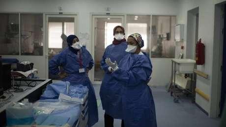 Profissionais de saúde no Marrocos; equipes e cientistas correm contra o tempo em busca de respostas sobre a covid-19